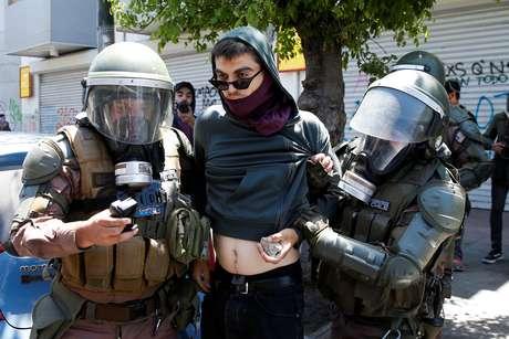 Polícia detém manifestante durante protesto contra o governo do Chile em Valparaíso 06/11/2019 REUTERS/Rodrigo Garrido