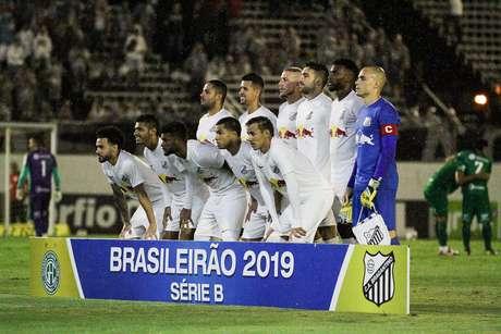 Time do Bragantino durante a partida contra o Guarani, pela Série B do Campeonato Brasileiro 2019, no Estádio Nabi Abi Chedid, em Bragança Paulista (SP), nesta terça-feira (05)