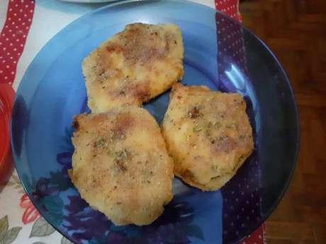 Filé de peito de frango empanado com açafrão