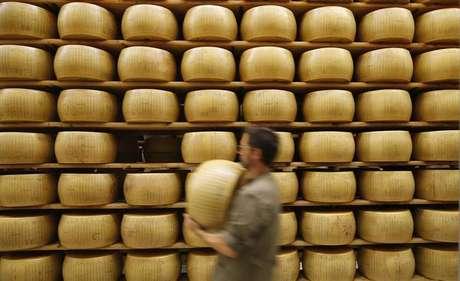 Estoque do queijo Parmigiano Reggiano em Parma, na Itália