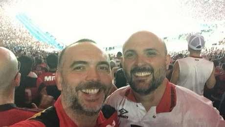 Arthur Nunes, à esquerda, e o irmão David no Maracanã: torcedores irão à Lima, no Peru (Foto: Arquivo Pessoal)