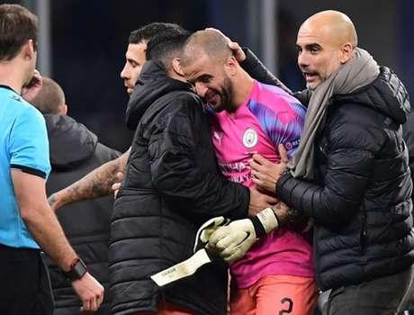 Pep cumprimenta Walker após o jogo (Foto: AFP)