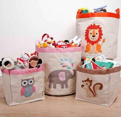 4. O cesto organizador de brinquedos é um dos modelos mais populares. Foto: Quarto Para Bebê