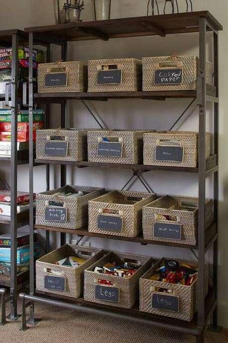 19. Reserve uma prateleira inteira para seu cesto organizador. Foto: One Kindesign