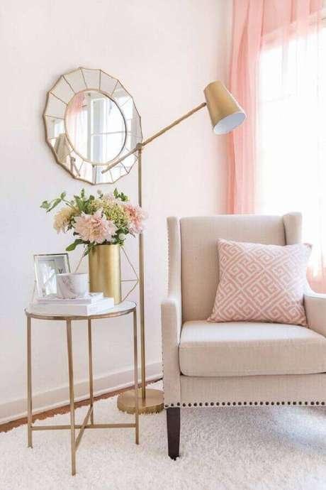 7. Decoração romântica com mesa de apoio redonda para sala decorada em tons de rosa – Foto: Etsy