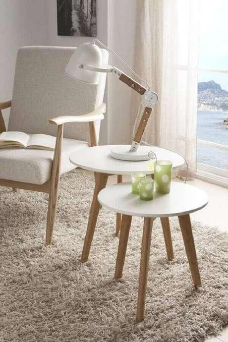 8. A mesa lateral redonda de apoio além de super charmosa ajuda a organizar o ambiente – Foto: Intense Mobiliário e Interiores