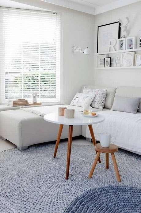 10. Decoração minimalista para sala branca com mesa de apoio redonda – Foto: Archzine