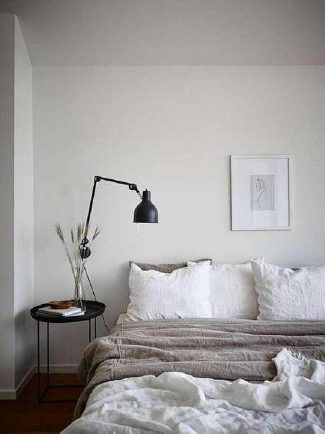 12. Decoração minimalista para quarto de casal com mesa lateral de apoio preta – Foto: Sweet Home Make