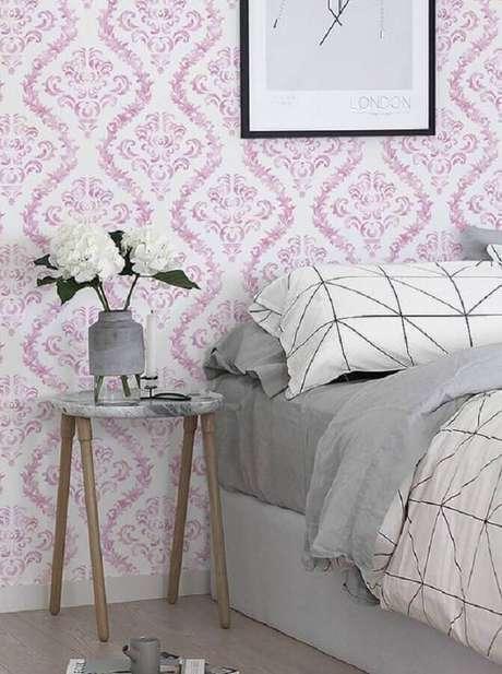 13. Decoração simples para quarto com papel de parede e mesa lateral de apoio redonda – Foto: Etsy