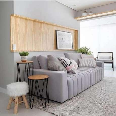 17. Mesa de apoio para sofá em sala cinza moderna decorada – Foto: Pinterest