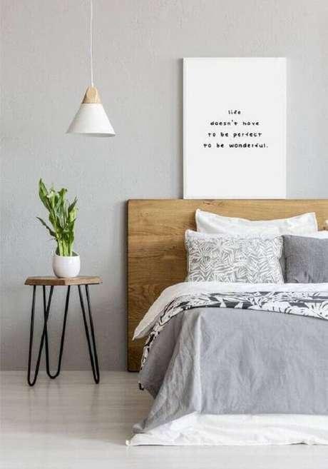 18. Mesa de apoio para quarto decorado com cabeceira de madeira e luminária pendente branco – Foto: Sunsets Matter