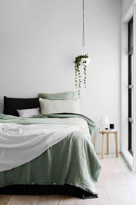 23. Decoração clean para quarto com mesa lateral de apoio de madeira – Foto: Pinterest