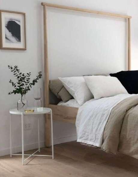 25. Mesa de apoio para quarto de casal simples com cama de madeira – Foto: The Design Expert