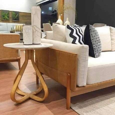 27. Invista em uma mesa lateral de apoio com design diferente garante mais destaque na decoração – Foto: Daniella Ferro