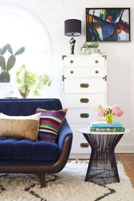 28. Decoração com mesa de apoio para sala com sofá azul e gaveteiro branco – Foto: Ideias para Decorar