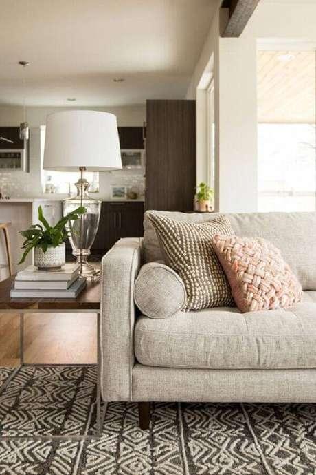 29. Mesa quadrada de apoio para sala com sofá de linho – Foto: Article