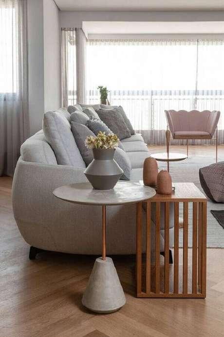 5. Não tenha medo de ousar e use dois modelos diferentes de mesa de apoio na decoração – Foto: Casa de Valentina