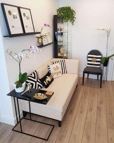31. Sala simples decorada com mesa de apoio para sofá sem braço – Foto: Karla Stephen