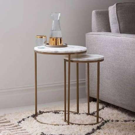 33. Invista em um kit com mesa de apoio para sala decorada – Foto: West Elm