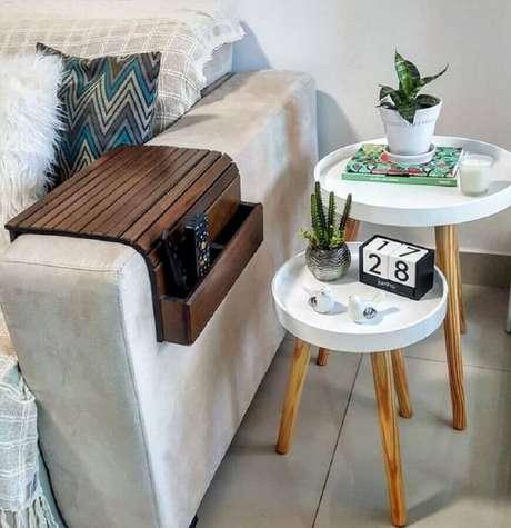 6. Vários tipos de objetos podem ser usados para decorar a sua mesa de apoio lateral – Foto: Joh Soares