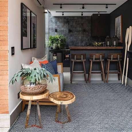 34. A mesa lateral de apoio também pode ser usada para compor a decoração da sua varanda gourmet – Foto: Studio Deux