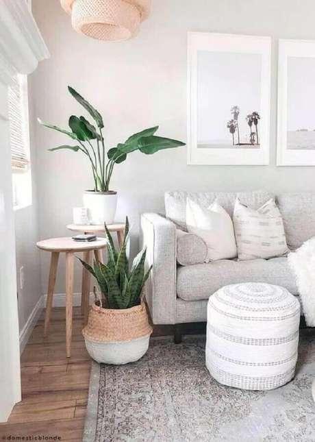 36. Decoração clean com mesa lateral de apoio para sala toda em cores neutras – Foto: Pinosy
