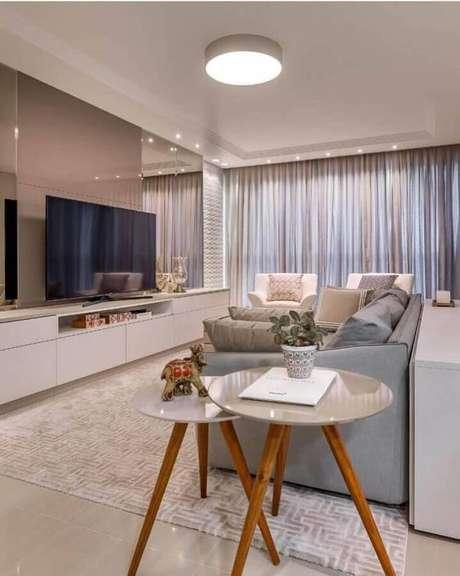 37. Mesa lateral de apoio para decoração de sala sofisticada em cores neutras – Foto: Gabi Gochinski