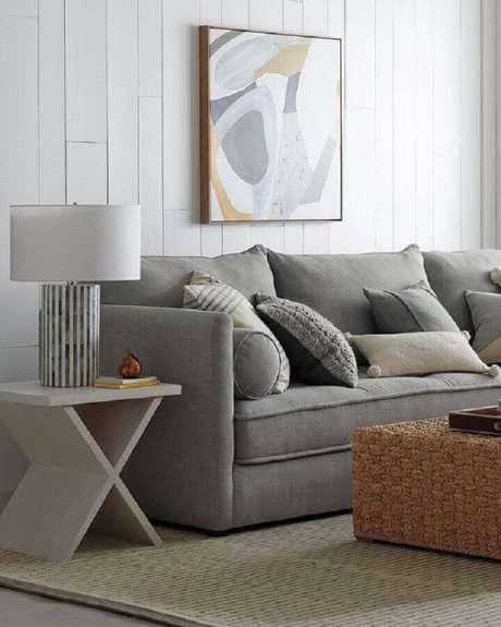 38. Mesa de apoio para sofá em sala simples com sofá cinza – Foto: Pinterest