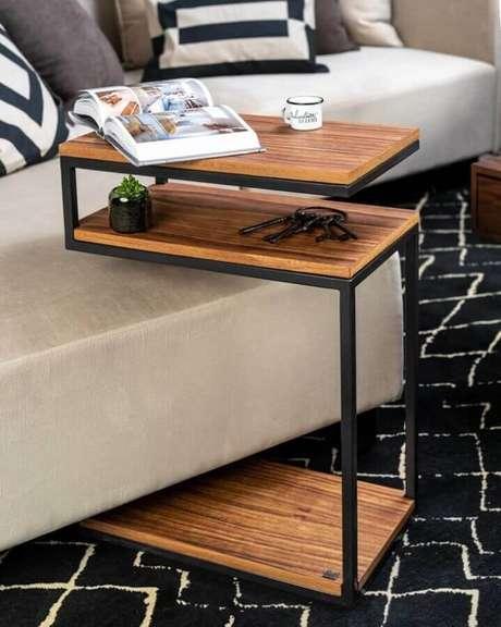 41. Mesa de apoio para sofá com tampo de madeira – Foto: Mudomo