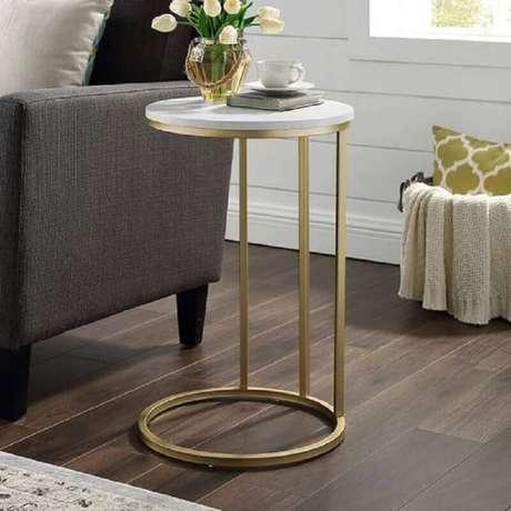 39. Decoração com mesa de apoio lateral com estrutura dourada – Foto: Pier 1