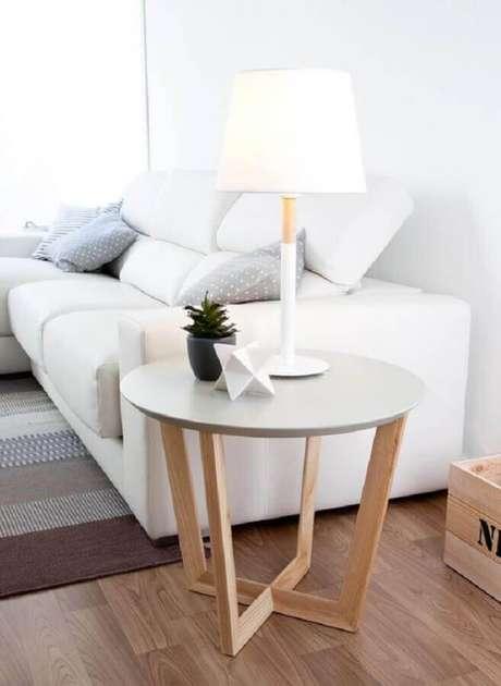 42. Modelo moderno de mesa de apoio para sala moderna – Foto: Kenay Home