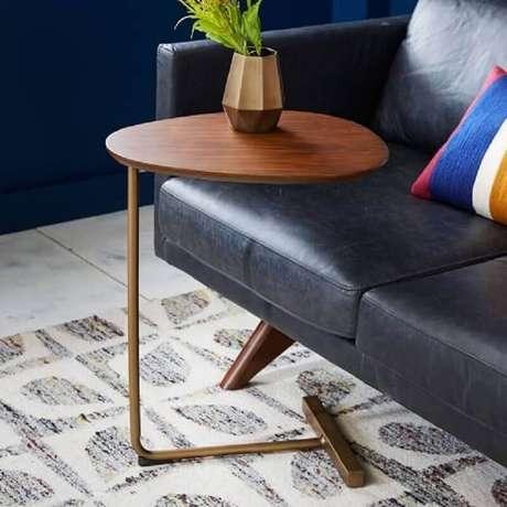 3. Escolha uma mesa de apoio para sofá que se harmonize ao seu estilo de decoração – Foto: West Elm