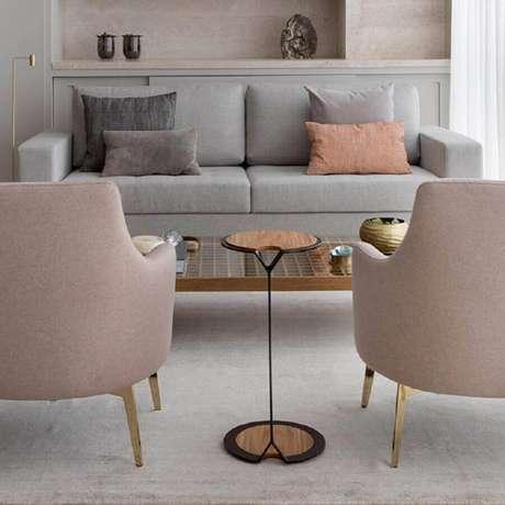 46. Decoração para sala com mesa de apoio redonda pequena – Foto: Anq In