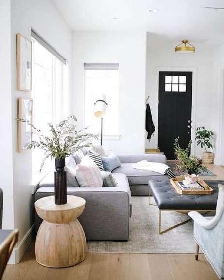 47. Decoração para sala com sofá cinza e mesa de apoio redonda de madeira – Foto: Article