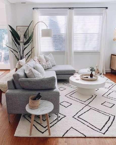 50. Sala moderna decorada com mesa de apoio redonda – Foto: SooPush