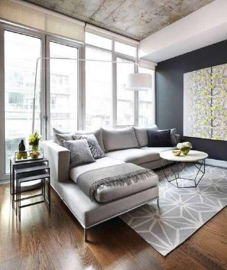 51. Sala moderna decorada com sofá cinza e kit de mesa lateral de apoio quadradas – Foto: Dacasa