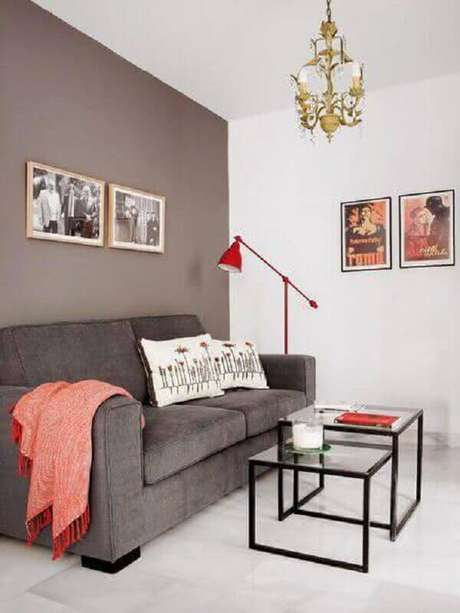 52. Sala simples decorada com mesa de apoio quadrada – Foto: Revista Micasa