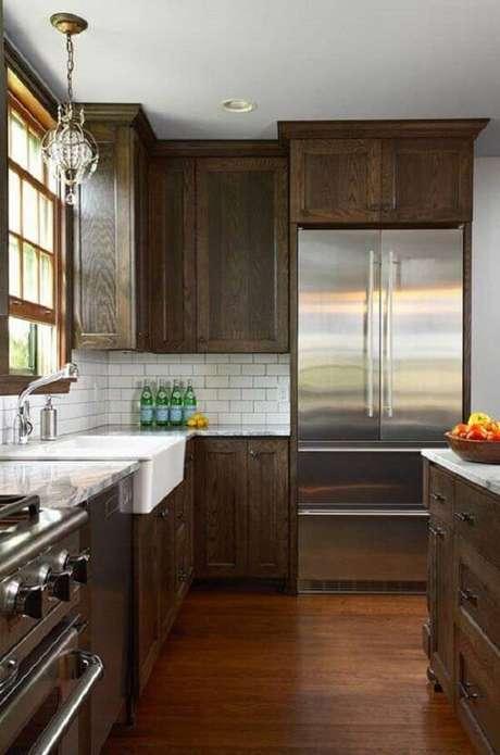 11. Armário de cozinha de madeira com tonalidade escura traz sofisticação ao ambiente. Fonte: Pinterest