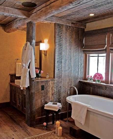 18. O armário de madeira traz aconchego para o momento do banho. Fonte: Pinterest