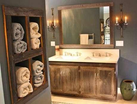 14. O armário de madeira para banheiro se assemelha a moldura do espelho. Fonte: Home BNC