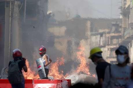Manifestantes entram em confronto com a polícia durante protesto contra o governo em Bagdá 07/11/2019 REUTERS/Alaa al-Marjani