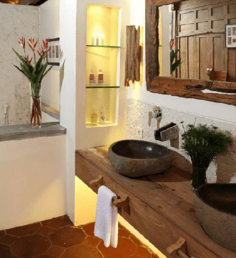15. O armário de madeira para banheiro conta com suporte para toalhas de mão. Fonte: Pinterest