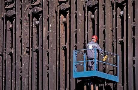 Operário em atividade na unidade da ArcelorMittal em Taranto, sul da Itália