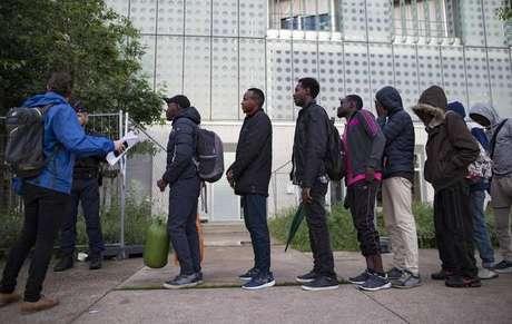 Polícia evacua dois acampamentos de migrantes em Paris