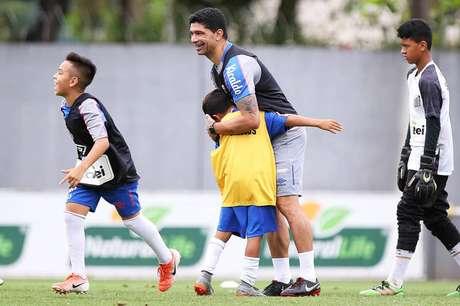 Renato participa de treino do sub-11 do Santos (Foto: Pedro Azevedo)