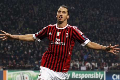 Ibrahimovic comemora gol pelo Milan sobre o Barcelona, na Liga dos Campeões (Foto: Alessandro Garofalo/Reuters)