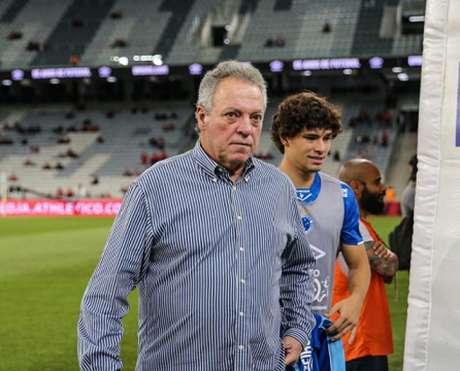 Abel saiu em defesa de Sassá, expulso no segundo tempo do duelo com o Furacão-(Geraldo Bubniak / Light Press / Cruzeiro)