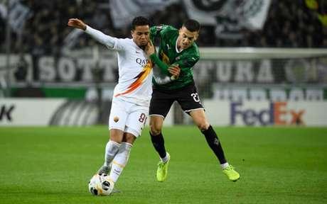 Kluivert sofre com a marcação alemã no Borussia-Park (Foto: INA FASSBENDER / AFP)
