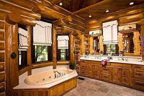 16. Armário de madeira para banheiro extenso com inúmeras gavetas. Fonte: Pinterest