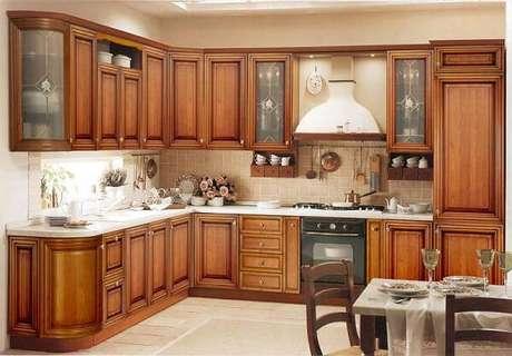 2. O armário de madeira rústica transmite conforto aos ocupantes da cozinha. Fonte Residence Style